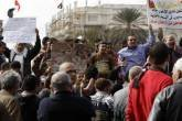 Manifestantes anti-Mursi protestam contra o presidente e membros da Irmandade Islâmica na praça Tahrir, no Cairo, Egito