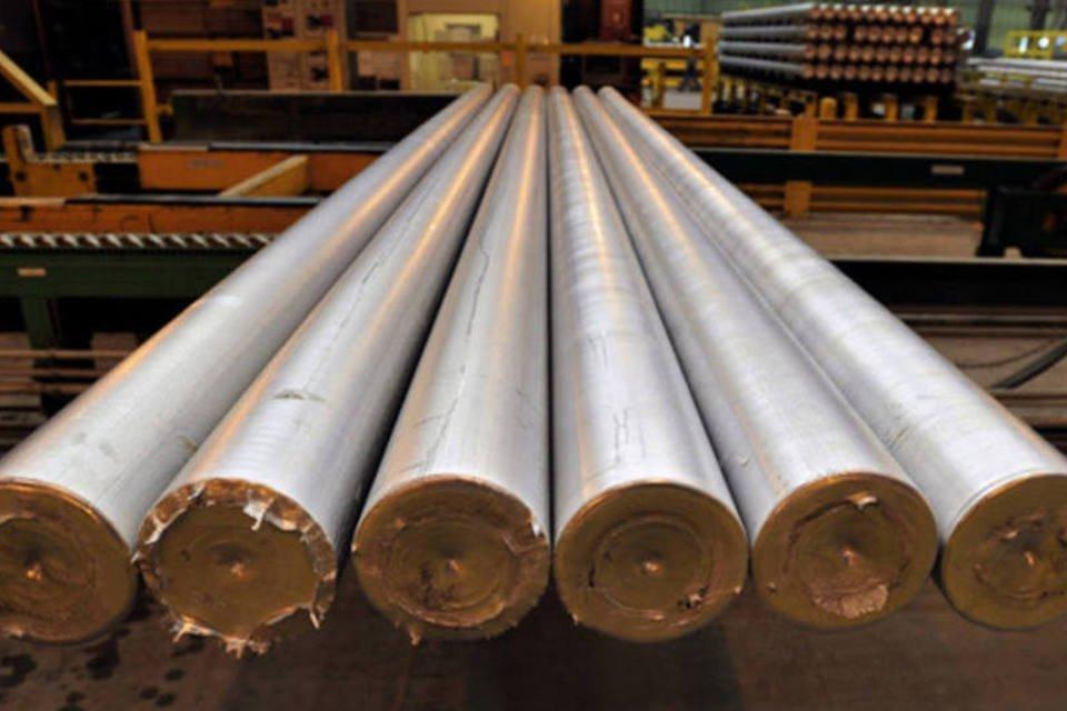 Tubos de alumínio na linha de produção de uma fábrica da Alcoa em Goose Creek, Carolina do Sul