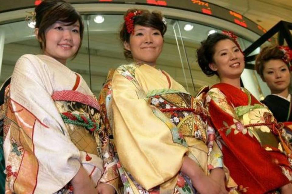 Pessoas de quimono na abertura da Nikkei