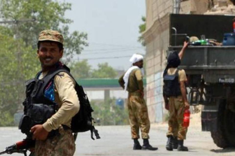 Soldados vigiam uma estrada no Paquistão