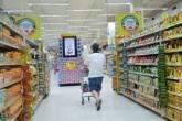 Consumidor faz compras em supermercado Carrefour