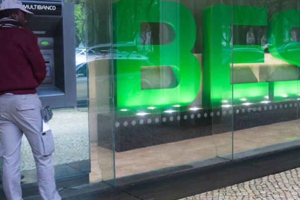 Consumidor em um caixa automático de uma agência do Banco Espírito Santo (BES) em Lisboa, Portugal