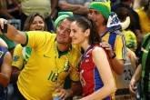 Tatyana Kosheleva, jogadora de vôlei da Rússia, faz pose para fotos com torcedores brasileiros