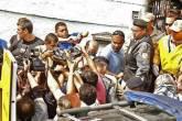 Jornalistas tiram fotos da saída do corpo de Wellington, no Rio de Janeiro