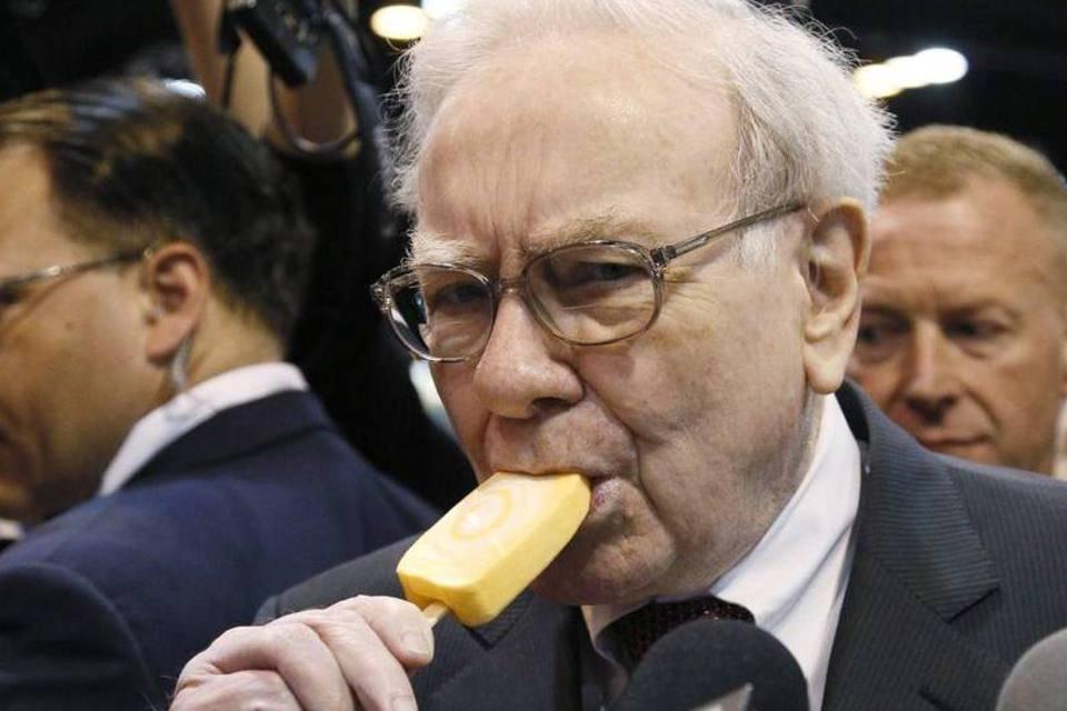Warren Buffett, chairman da Berkshire Hathaway, tomando um sorvete durante a reunião anual com os acionistas no CenturyLink Center em Omaha, Nebraska
