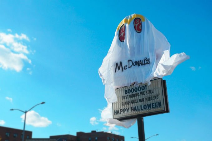 Burger King coberto como fantasma: fantasia de McDonald's para Dia das Bruxas
