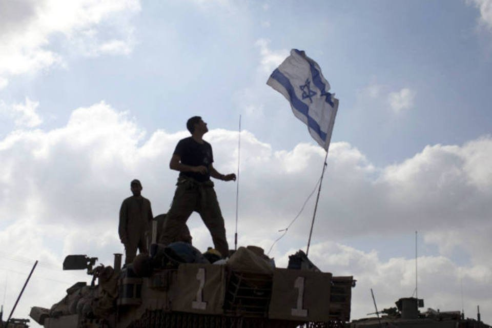 Soldados de Israel em tanque de combate na Faixa de Gaza