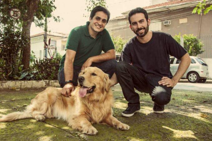Eduardo Baer e Fernando Gadotti, com o cão Thor, da DogHero