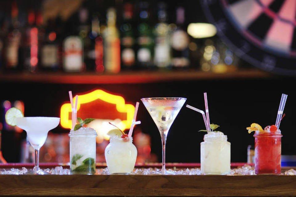 Seis drinks (bebidas) diferentes em balcão de bar