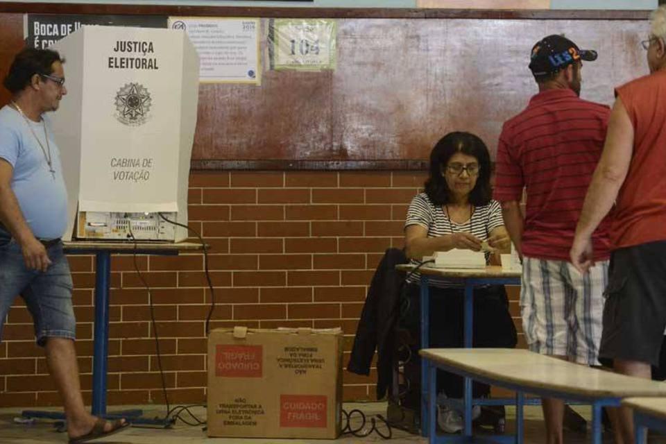 Eleitores votam no Rio de Janeiro nas eleições 2016