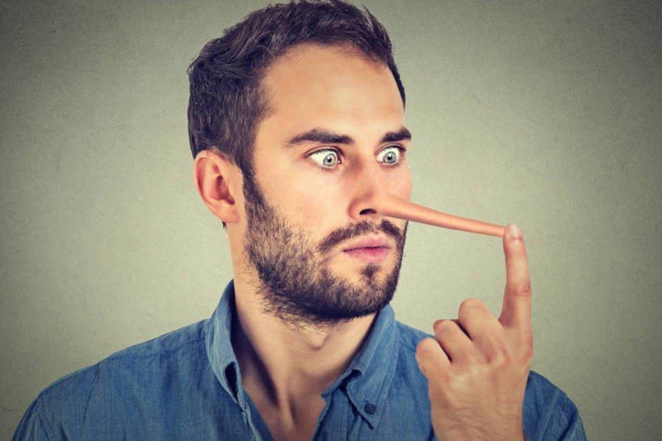 Homem com nariz de pinóquio, mentiroso, mentira, mentir