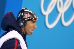 O nadador americano Michael Phelps com fones de ouvidos com a marca Beats tampada por adesivos
