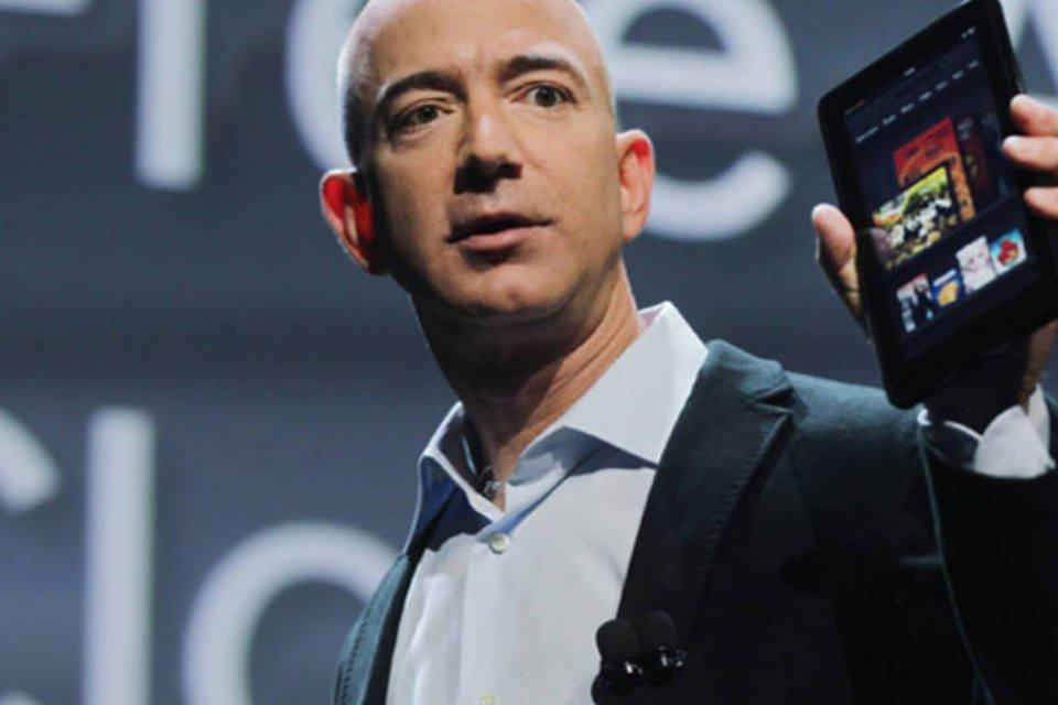 O criador da Amazon, Jeff Bezos, segura o novo tablet Kindle Fire durante lançamento em Nova York nesta terça-feira