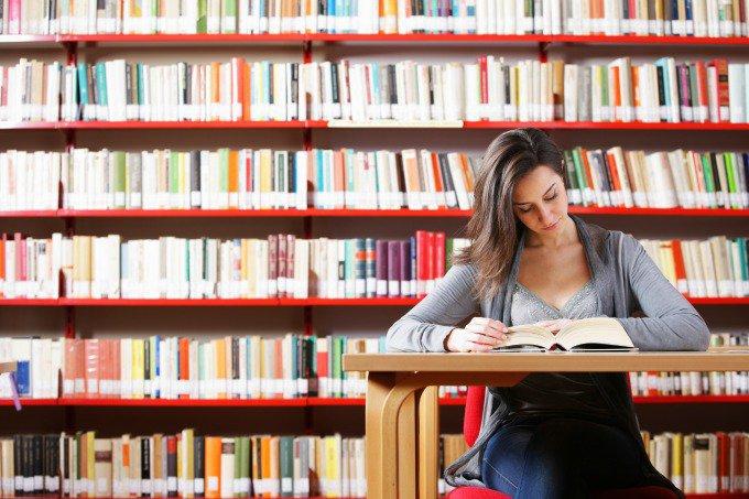 Mulher em biblioteca