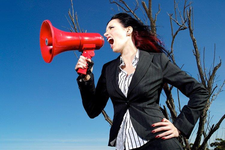Mulher grita em megafone (chefe, líder, comunicação, divulgação)