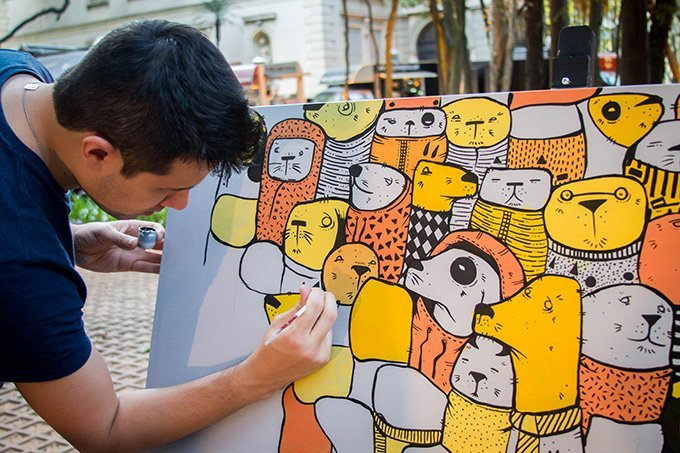 Homem faz pintura para vender na plataforma Elo7