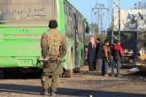 Rebelde perto de ônibus para retirada de moradores de vilas xiitas na Síria, dia 20/12/2016