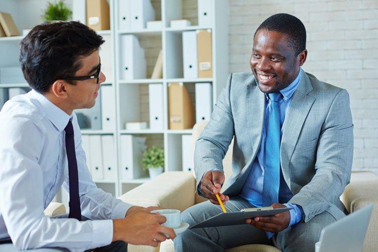 Homem atende um cliente (atendimento, vendas, negociação)