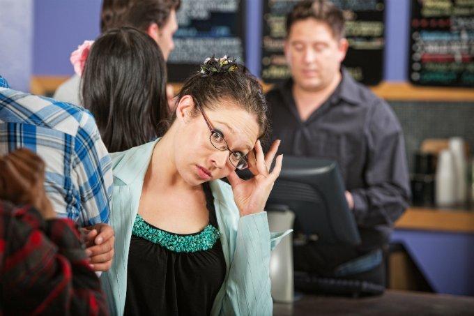 Consumidora insatisfeita em fila de loja (mau atendimento, vendas, vendedor)