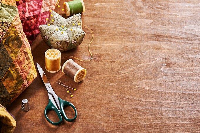 Itens de costura/customização: tesoura, linhas, barbante