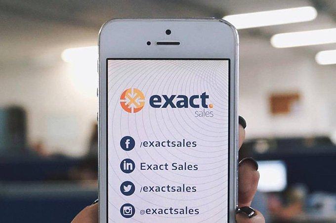Smartphone com informações sobre a Exact Sales