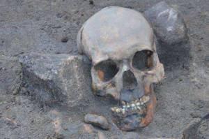 """A cabeça deste esqueleto foi achada longe do corpo, """"imobilizada"""" entre duas pedras (Museu de Fortress Kostrzyn)"""