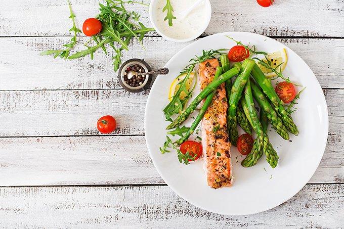 Prato de comida saudável: salmão com aspargos e tomate