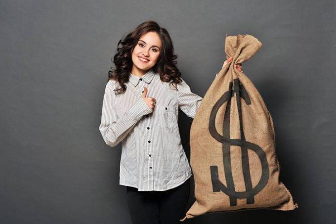 mulher com saco de dinheiro