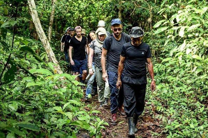 Equipe da Vert na Amazônia,de onde sai a borracha dos tênis