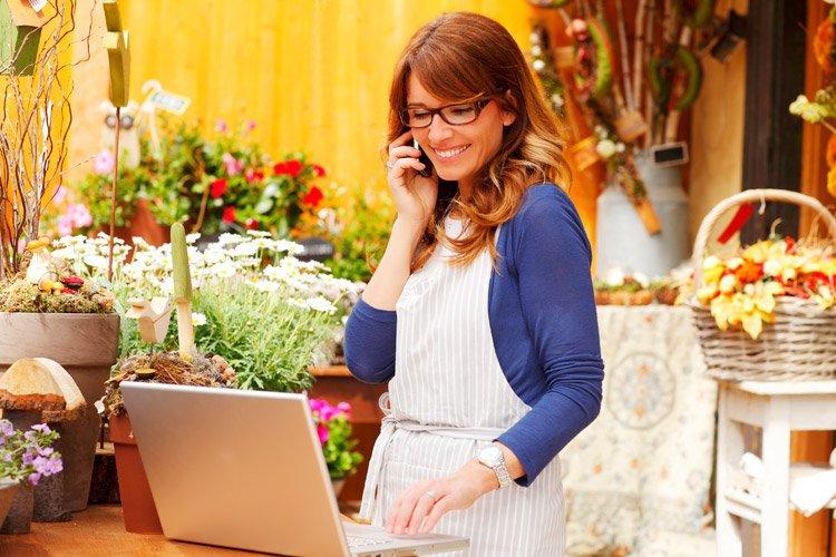 Empreendedora usa computador em loja