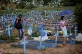 Cemitério Taruma durante enterro de detento morto em prisão de Manaus