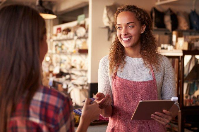 Vendedora atende cliente em loja (vendas)