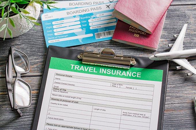 passaporte com passagem e ficha de seguro viagem