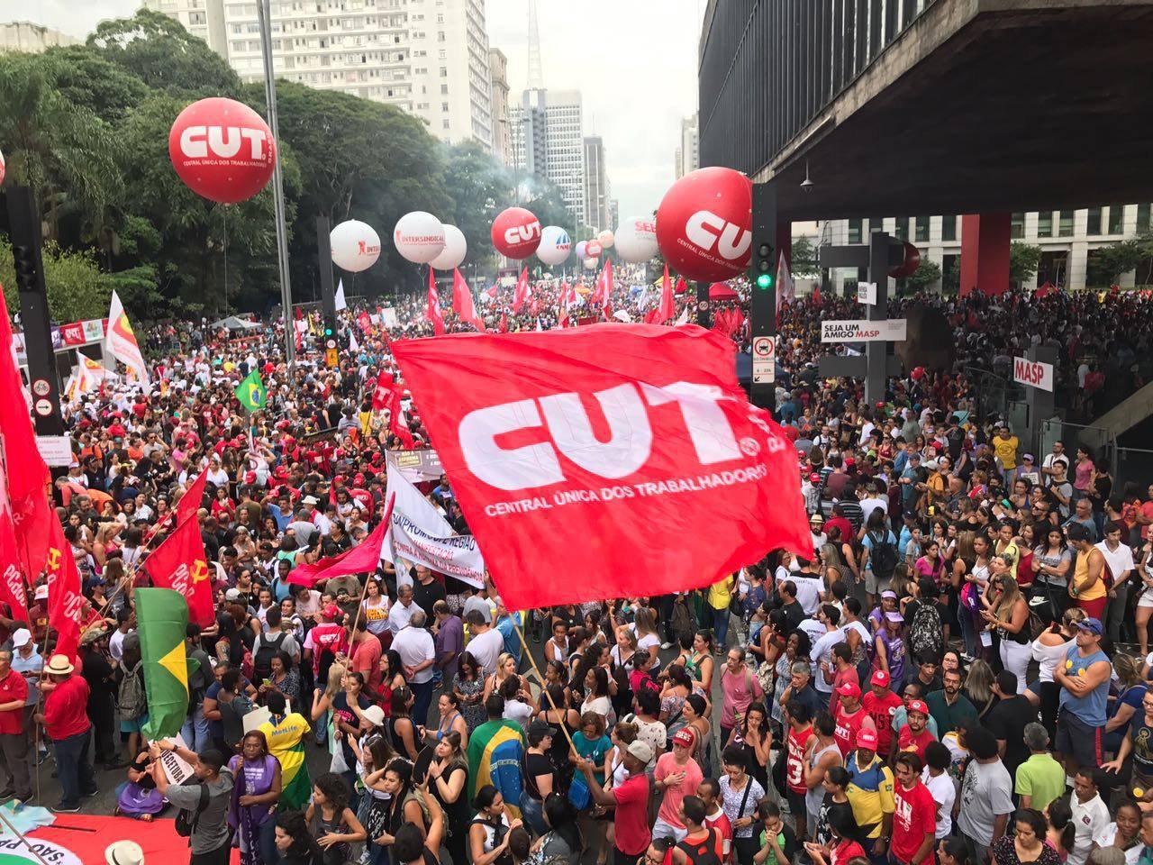 Protesto na avenida Paulista contra a reforma da Previdência em dia de greve geral