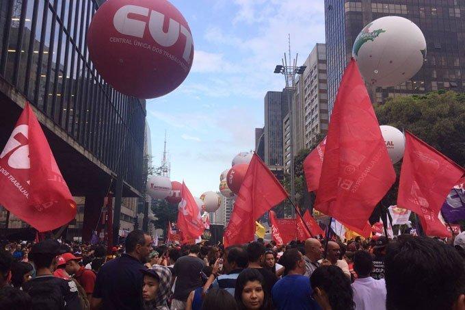 Protesto contra as reformas da Previdência e trabalhista na Av. Paulista em São Paulo; greve geral 2017