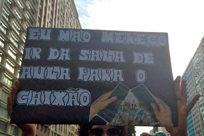 Manifestante faz protesto contra reforma da Previdência no Rio de Janeiro durante greve geral 2017