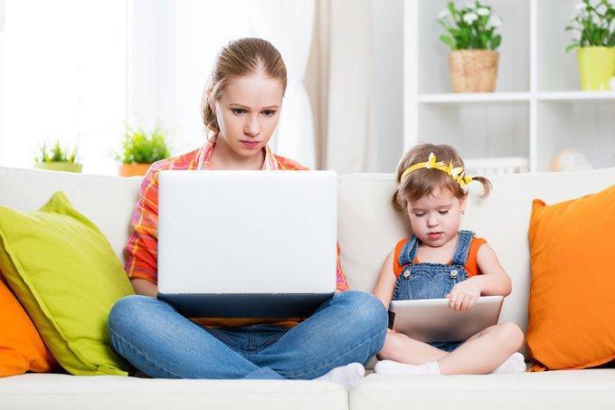 Mãe e filha na frente do laptop
