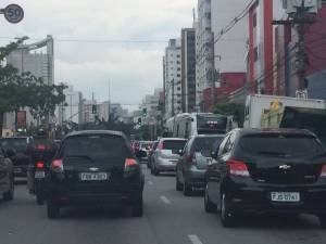 Viaduto Santa Generosa, na altura da estação Paraíso: trânsito intenso e agentes da Cet já controlam o tráfego na região