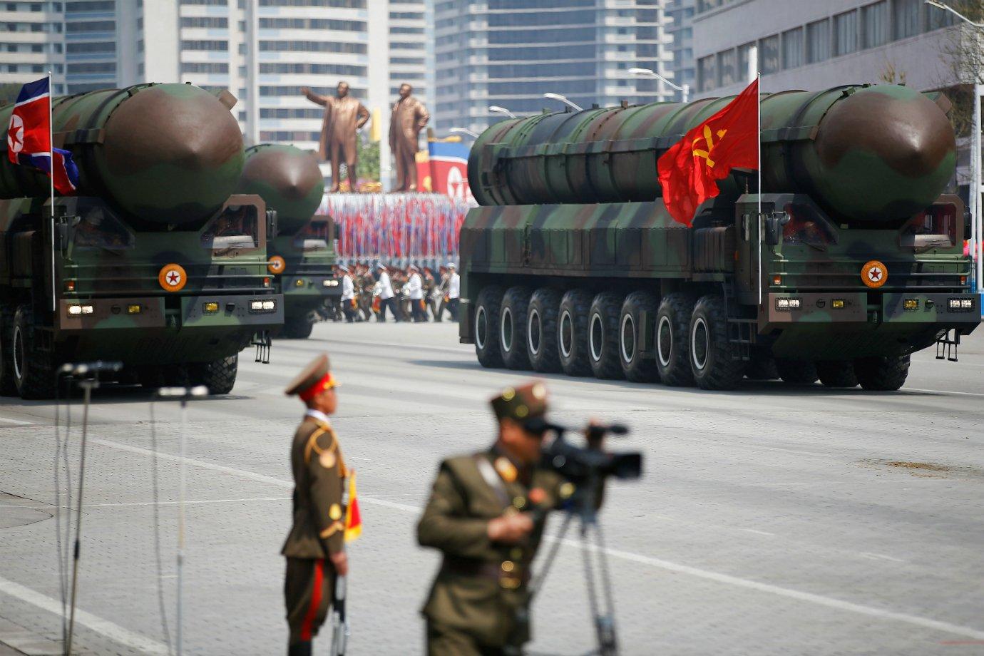 Desfile militar em razão dos 105 anos do fundador da Coreia do Norte