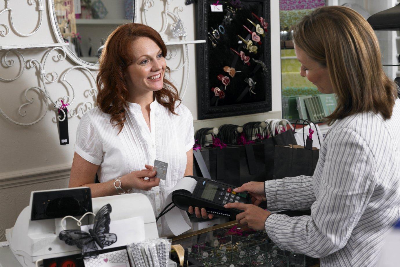 Mulher atende cliente em loja