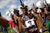 Indígenas protestam no Congresso Nacional durante a greve geral, contra reformas propostas pelo governo Temer