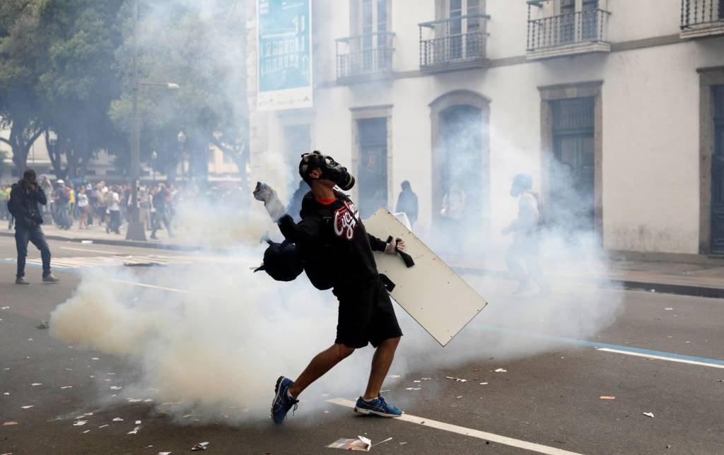 Manifestantes e polícia entram em confronto no Rio de Janeiro, durante a greve geral, contra reformas propostas pelo governo Temer