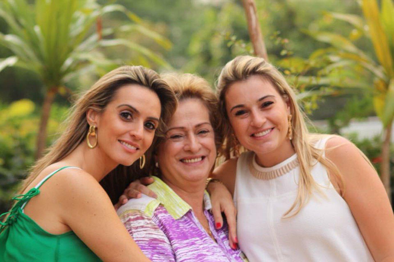 Cintia Pacco D´arienzo com sua mãe e irmã, donas da loja Divina Caixa, no Elo7