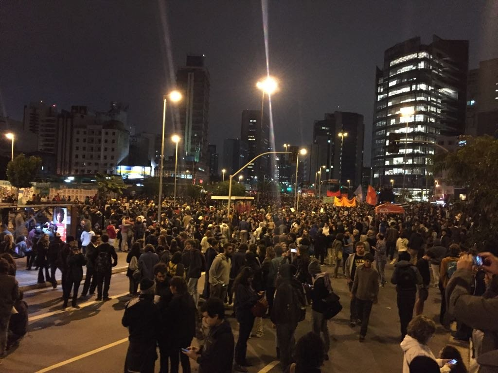 Manifestantes reunidos no Largo da Batata, em São Paulo, em dia de greve geral (28/04)