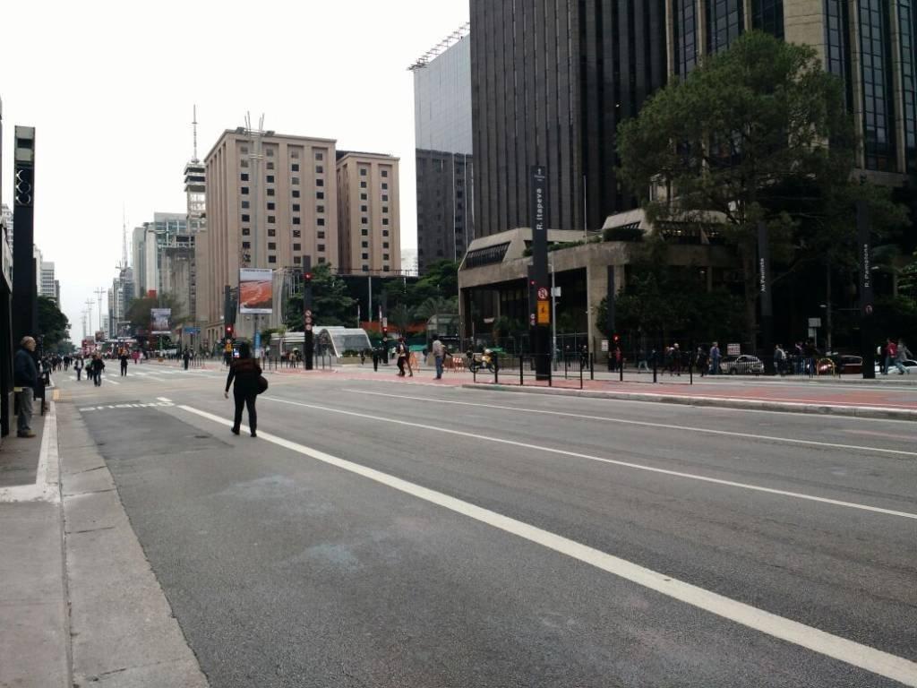 Avenida Paulista fechada para carros em dia de greve geral