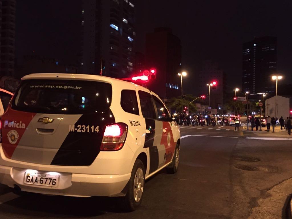 Carro da polícia chega ao Largo da Batata, em São Paulo, onde há ato contra reformas do governo Temer
