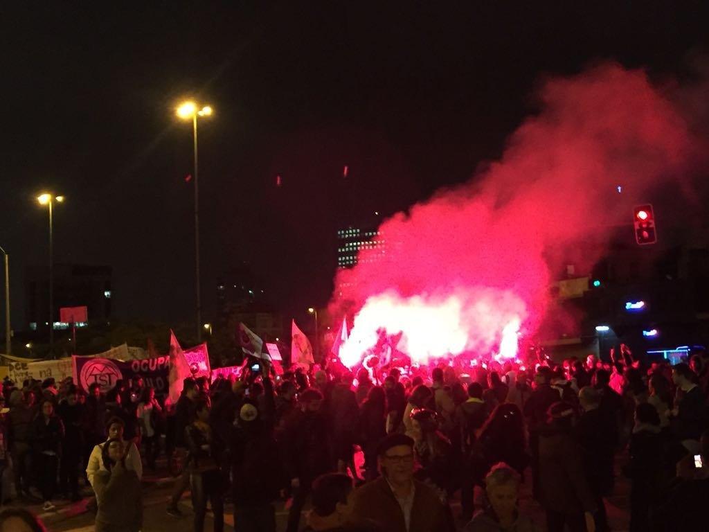 Manifestantes usam sinalizadores em ato contra reformas do governo Temer no Largo da Batata, em São Paulo