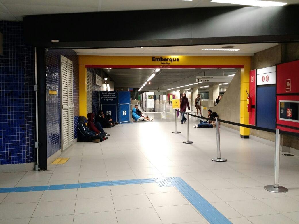 Passageiros aguardam a abertura a transferência com a linha 3 vermelha na estação República