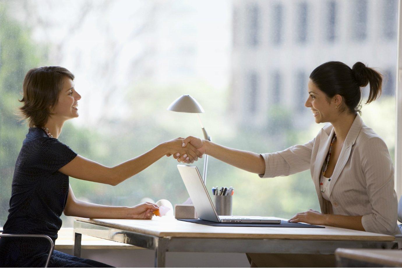 Mulheres fecham acordo: negociação, aperto de mãos