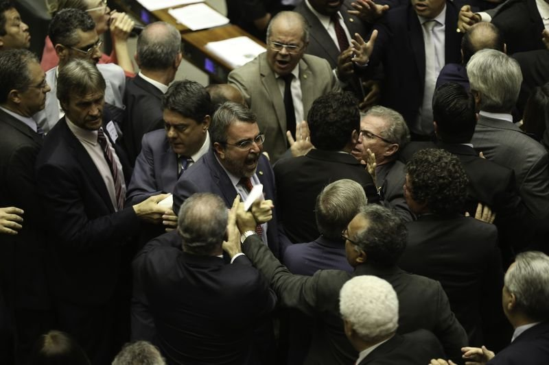 Brasília - Deputados discutem no Plenário da Câmara após governo determinar reforço de tropas federais para proteger Esplanada